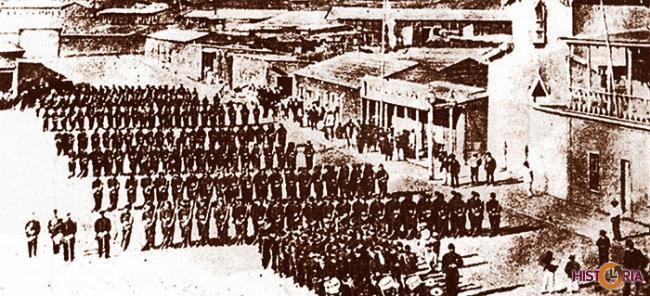 Batallón chileno 3º de línea desfilando en la Plaza Colón, Antofagasta, luego de la invasión, 1879.