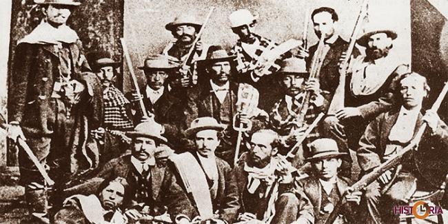 Columna encomendada a Eduardo Abaroa para la defensa del Topater. El héroe al centro del grupo con sombrero y poncho al hombro.