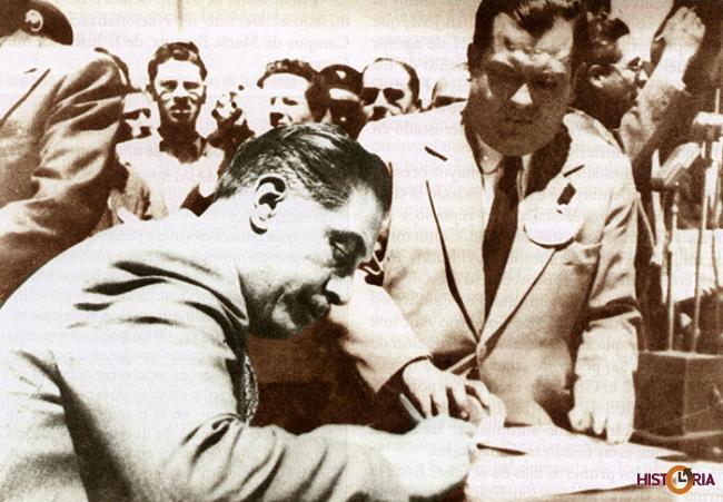 Lechín firma el Decreto Supremo de Nacionalización de Minas.