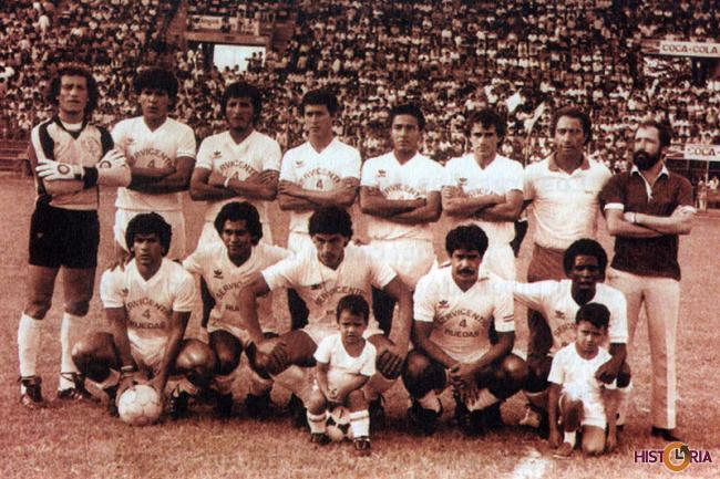 Equipo de Real Santa Cruz, en la final de la Liga, contra Bolivar. Cochabamba, 1985.