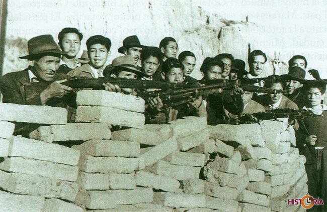 Barricada de fabriles en los barrios obreros de La Paz, 1952.